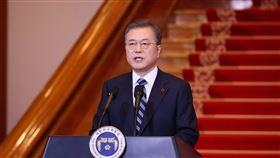 南韓總統文在寅7日在青瓦台主持國務會議,批准頒布「公職選舉法」修訂案,投票年齡從19歲降至18歲。(韓聯社提供)