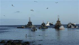 ▲260艘中國漁船聚集在加拉巴哥群島。(圖/翻攝自推特)