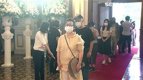 台北賓館民眾追悼李登會,下跪痛哭,一家四口