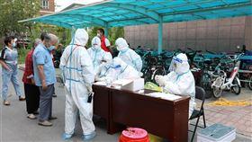 中國2日新增43例武漢肺炎確診病例,其中本土病例36例,集中在新疆和遼寧兩地。圖為1日新疆民眾排隊進行核酸檢測。(圖/中新社)
