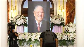 李登輝追思會 民眾追悼緬懷(2)前總統李登輝日前辭世,總統府在台北賓館設置追思會場供各界悼念,2日持續開放,民眾到場鞠躬致意。中央社記者謝佳璋攝 109年8月2日