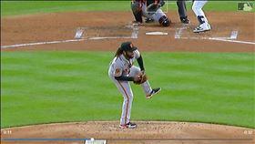 ▲巨人先發投手庫耶托(Johnny Cueto)失去重心竟然投出好球。(圖/翻攝自MLB官網)
