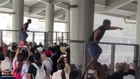 千人擠爆碼頭!綠島人怒爬圍欄嗆遊客 原因曝光逆轉風向 圖/爆料公社