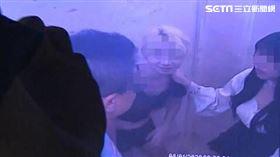 范姓女空姐及其男友,還有熟知密碼徐姓女友人,三人一同搭電梯上樓找羅霈穎。(圖/翻攝畫面)