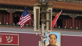 天安門懸掛中美國旗 歡迎川普到訪美國總統川普8日飛抵北京,對中國展開3天國是訪問。中方依照慣例,在北京天安門城樓前的燈柱懸掛中共五星旗和美國國旗,歡迎川普到訪。中央社記者尹俊傑北京攝 106年11月8日 -天安門-美中-中美-