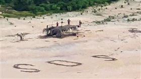 ▲直升機發現SOS無人島。(圖/翻攝自推特)