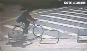 苗栗消防隊員 偷單車(圖/翻攝畫面)