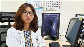 成大醫院乳房外科羅竹君醫師提醒,「乳頭分泌物有否持續流出?」更是研判是否乳癌的重點症狀。(圖/翻攝自成大醫院臉書)