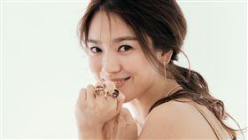 Chaumet亞太區品牌大使宋慧喬演繹經典的Bee My Love系列珠寶。(圖/Chaumet提供)