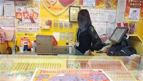 ▲台彩2000萬超級紅包刮刮樂,彩券行,刮刮樂。(圖/記者林辰彥攝影)