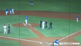 ▲內野飛球宣告爭議,猿迷丟擲水瓶入球場被請出場。(圖/記者蕭保祥攝影)