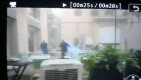 新人在爆炸殘骸中逃竄。(圖/翻攝自azadessa推特)