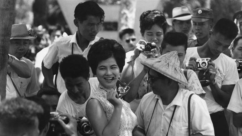 老照片故事/60年前的外拍美女超正長這樣  髮型超時髦