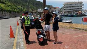 蘭嶼綠島不少遊客騎機車未戴安全帽,台東分局加強取締,400件逾8成都是未戴安全帽。(圖/台東分局提供)