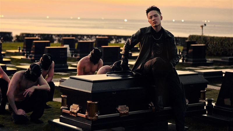 墓園穿皮衣躺棺材 猛男抬棺慘卡到陰