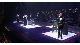 西班牙馬德里皇家劇院(Teatro Real)7月重新開放,送上首部新作:威爾第《茶花女》,除了劇情內容與新冠疫情本就呼應,更採用「保持社交距離」的形式。
