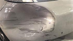 大媽撞凹車!「秒掏2千」急閃人 他傻眼:車子不是我的…(圖/翻攝自爆廢公社臉書)
