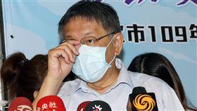 入境者是否全面普篩 柯文哲:專業問題專業回答武漢肺炎疫情升溫,台北市長柯文哲(前)6日受訪表示,是否要全面普篩,還是要有症狀才做,坦白講是很複雜的公共衛生題目,「這不是用喊的」,這種專業題目還是給專業回答。中央社記者郭日曉攝 109年8月6日