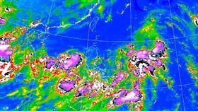 菲律賓東方海面有個「熱帶擾動」明顯發展。(圖/翻攝自氣象局)