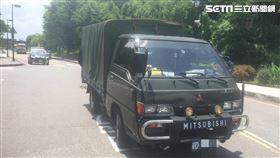 馬以南在內湖三總臨停時,倒車不慎撞上軍車。(圖/翻攝畫面)