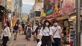 日本新添35起確診病例 北九州市國小群聚感染日本31日新添35起武漢肺炎確診病例。北九州市新添12起,小學、醫院發生群聚感染。東京新添5起確診病例,時隔6天單日新添確診病例少於10起。圖為原宿竹下通,大多數人戴口罩防疫。中央社記者楊明珠東京攝 109年5月31日