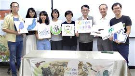 台灣生物多樣性開放資料 公民參與成果蓬勃行政院農委會特有生物研究保育中心7日在台北舉行「台灣的生物多樣性開放資料現況」記者會,公布推動公民科學成果蓬勃,據統計,公民(鄉民)科學家所貢獻資料中,參與最熱烈的生物類群包括鳥類、蝶蛾類(鱗翅目昆蟲)、植物及蛙類(兩棲類)等。中央社記者楊淑閔攝 109年8月7日