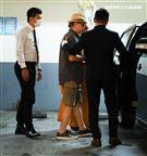 羅大哥手捧羅霈穎的牌位,搭車前往民權東路靈堂現場。(記者邱榮吉/攝影)