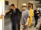 羅霈穎二殯進行引魂儀式羅大哥羅青哲一身輕便服裝,在法師的引領下前往引魂室。(記者邱榮吉/攝影)