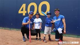 高國輝和兒子小布、賴鴻誠和兒子Angus一起投球。(圖/記者王怡翔攝影)