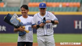 ▲富邦悍將捕手張進德邀請國小教練開球。(圖/記者劉彥池攝影)