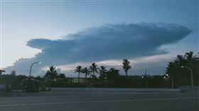 台東大武海邊天空日前出現海洋生物的造型雲,形狀就像一條體型龐大的「鯊魚」一樣。(圖/王玉芬提供)