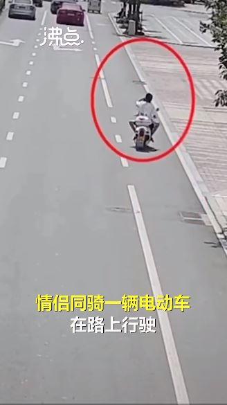 情侶騎車 女方握龍頭、男方背後飢渴難耐…一過路口悲劇了