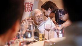 李登輝出席募款餐會(3)李登輝基金會19日在台北舉辦2019募款餐會,前總統李登輝(左)出席與會,並請女兒李安妮(右)代讀致詞。中央社記者裴禛攝 108年10月19日