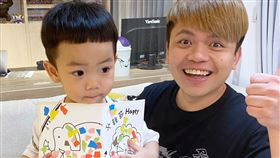 蔡阿嘎曬出父親節卡片/蔡桃貴人生第一張。臉書