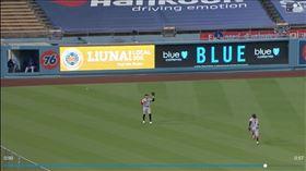▲巨人左外野手潘斯(Hunter Pence)找不到飛球,投手庫耶托(Johnny Cueto)無安打比賽破功。(圖/翻攝自MLB官網)