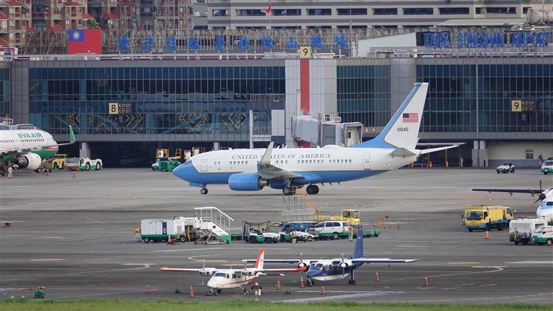 41年來訪台層級最高!美衛生部長搭空軍專機降落松山機場