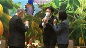 前日本首相森喜朗與蔡英文會面,互相拱手不握手。(圖/總統府提供)