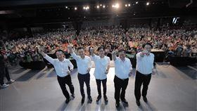 8月9日超級星期天:高雄大邁進造勢大會,陳其邁與會做事連線四位縣市長合照。(圖/陳其邁競選辦公室提供)
