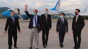 艾薩部長(左二)步出軍機,揮手向現場人員致意。(圖/外交部提供)