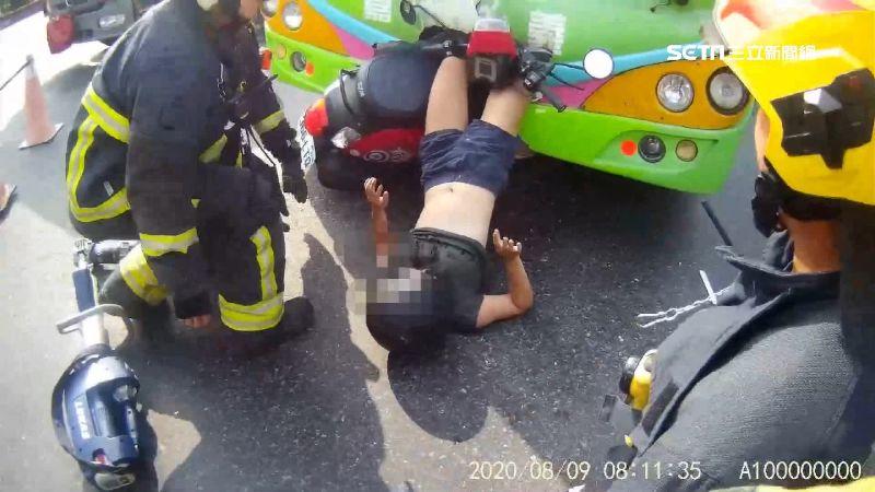 嘉義女騎士雙腿倒掛公車頭 傷勢曝光