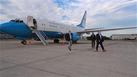 艾薩部長(左一)搭乘美國軍機抵達臺灣。(圖/外交部提供)
