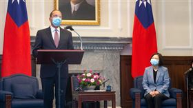 艾薩會晤蔡總統:傳達川普對台灣強力友誼與支持總統蔡英文(右)10日接見美國衛生部長艾薩(Alex Azar)(左),艾薩表示,這次台灣防疫成就堪稱是全球最成功的表率之一,彰顯台灣社會與文化中的透明公開與民主本質的價值所在,並指出此行要傳達美國總統川普(Donald Trump)對台灣的強力友誼和支持。中央社記者謝佳璋攝 109年8月10日