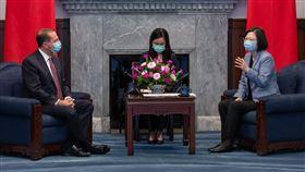 蔡英文總統10日在總統府接見艾薩(Alex Azar)。(圖/總統府提供)