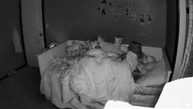 女兒驚醒後一直往房門方向看。(圖/翻攝自reddit)