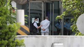黎智英被捕 警搜查蘋果日報(1)香港蘋果日報創辦人黎智英被扣上手銬,押送到蘋果日報大樓內協助查證。(讀者提供)中央社記者張謙香港傳真  109年8月10日