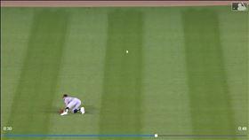 ▲白襪中外野手英格爾(Adam Engel)飛撲沒接到變場內全壘打。(圖/翻攝自MLB官網)