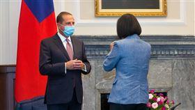 總統接見美國衛生部長艾薩(1)總統蔡英文(右)10日在總統府接見美國衛生部長艾薩(Alex Azar)(左),兩人拱手致意。中央社記者謝佳璋攝  109年8月10日