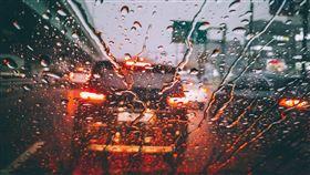 雨天開車,擋風玻璃。(圖/翻攝自Pexels)