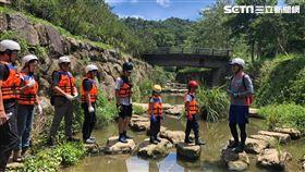 「這夏好樂 兒童生態體驗營隊」首日變身「昆蟲博物學家」,走出野外進行調查,探索底棲昆蟲。(圖/六福旅遊集團提供)