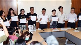 公民團體撐香港民進黨立委洪申翰(後右5)與台、港公民團體等,11日在立法院舉行「撐香港」記者會,舉著A4白紙呼口號,抗議港版國安法嚴重扼殺香港的新聞自由、人權法治與民主自由。中央社記者施宗暉攝  109年8月11日